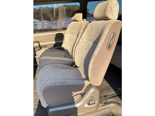 主にご家族が乗る場所だけに、人によっては運転席シートよりもチェックが厳しくなるポイントです。弊社の入庫した車両の中ではシミ・擦れ・汚れも少なく自信を持ってお知らせできる一台です。是非実車をご覧下さい。