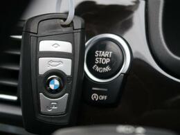 ●コンフォートアクセス(スマートエントリー機能):リモートコントロールキーをポケット、ハンドバックなどに入れたまま、ドアの開錠/施錠、エンジンの始動/停止の操作が可能です