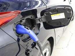 充電方法はAC200V/12Aの普通充電に加え、家庭の配線をそのまま利用しての充電が可能なようにAC100V/6Aの普通充電にも対応しています。