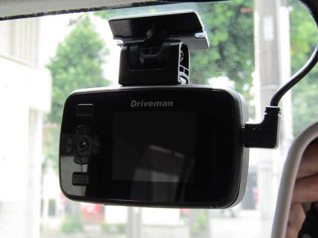 【ドライブレコーダー付】ドライブレコーダーは、映像・音声などを記録する自動車用の車載装置のことです。 もしもの事故の際の記録はもちろん、旅行の際の思い出としてドライブの映像を楽しむことができます。