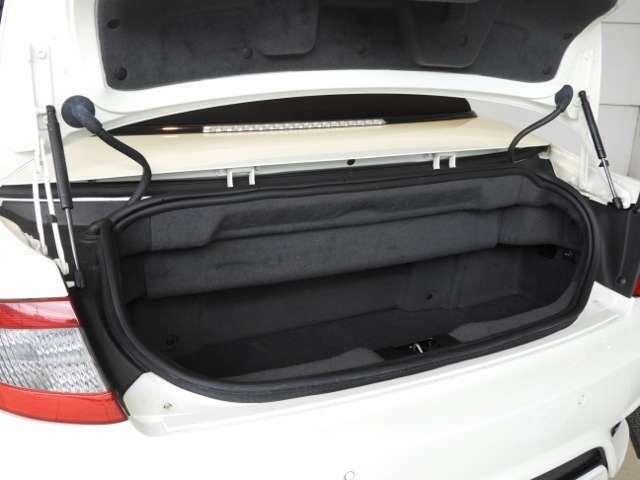 余裕のあるトランクルーム。トランク内部にはトランクライトや便利な12V電源も用意されています。