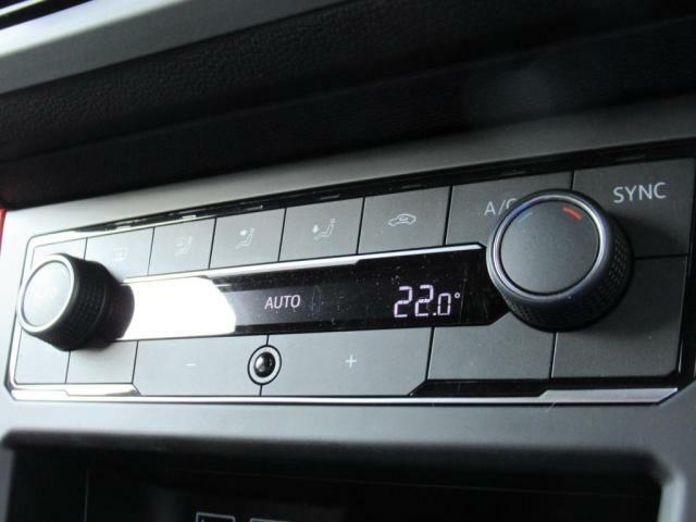 (デュアルオートエアコン)左右の温度を替えらますので、暑がりの方、寒がりの方、色んなシーンで活躍し、助手席の方と喧嘩にならずに済みます。