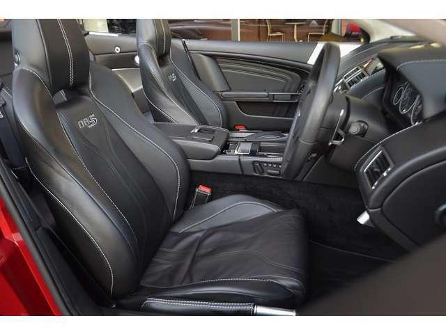 内装はブラックレザーにホワイトステッチです。シートヒーターも装備されています。