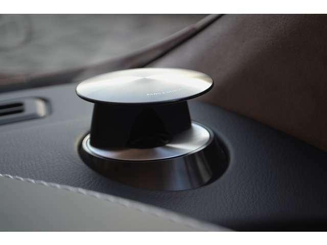 Bang&Olufsenオーディオシステムが装備されています。イグニッションONでダッシュボードにせり上がります。