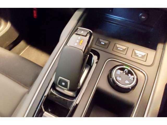 未来感のあるATシフトレバーの右横にはトランクションコントロールのモード切替えダイヤルが!