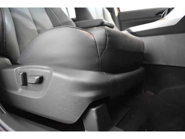 電動シートです。前後・上下細かい調整ができます。ベストポジションに合わせて安全運転!
