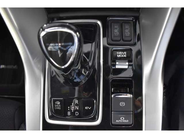 指先で楽々操作のスティックタイプシフトレバー・電動パーキングブレーキを採用してます。ブレーキオートホールドスイッチ付☆