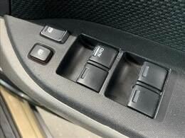 【パワーウィンドウ】運転席から操作可能で、電動で窓の開閉が可能です。