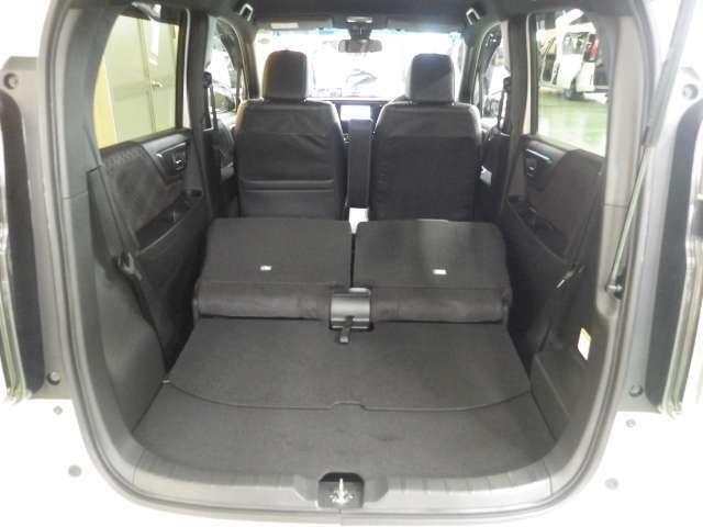 リア席の背もたれをたためば結構大きなスペースが生まれます。