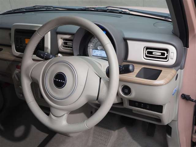 運転席・インパネまわりの画像です!ハンドルやシ-トなども隅々まで プロのよるクリ-ニング済みです!