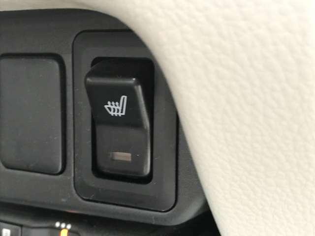【運転席シートヒーター】 こちらのボタンを押していただくとシートを温めてくれるので寒いときでも快適にお過ごしいただけます!