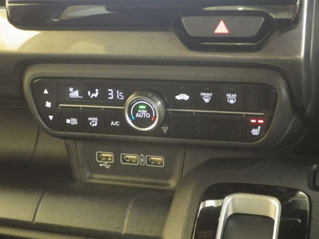 エアコンはオートエアコンです。運転席にはシートヒーターがついています。