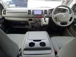 運転席エアバッグ/ABS/キーレス/イモビライザー/電動格納式ドアミラー/フロントエアコン/純正フロアマットが装備されています。