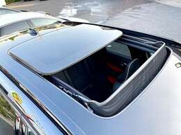 開放的なドライブを楽しんで頂ける、人気オプションのチルトアップ機構付電動パノラマ・ガラス・サンルーフを装備