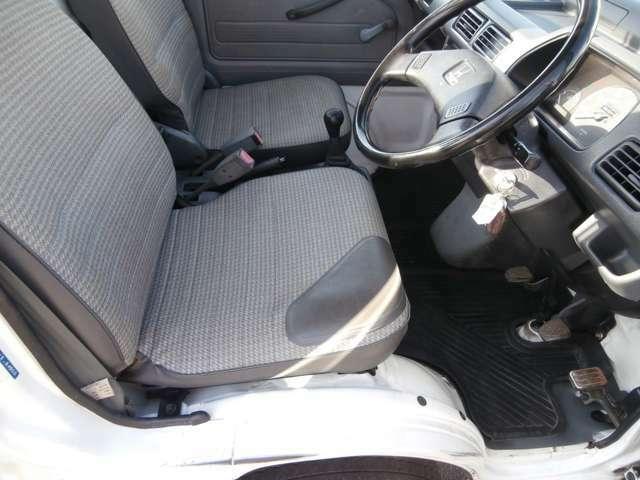 運転席まわりです。シート破れあります。現車にてご確認ください。