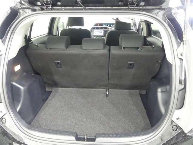 ラゲッジスペースです。後席シートを倒してスペースを拡げることも出来ます。