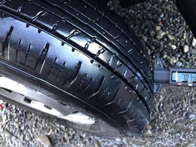 Aプラン画像:タイヤの残り溝もまだあります。  ※ 写真掲載タイヤゲージは付属しません。