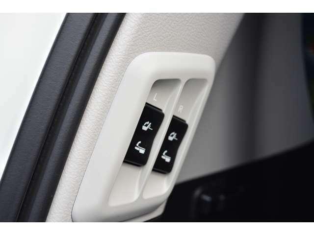 ■3列目のシートは電動で収納、展開ができ、煩わしいシートの出し入れも楽々です。