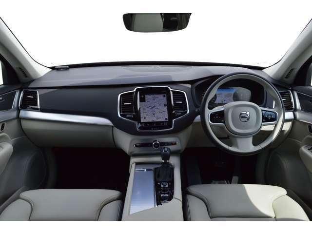 ドライバーズシートは長く伸びたセンターコンソールでコックピットのような包み込まれる落ち着き感を演出します