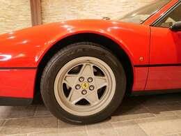 純正のアルミ。ガリ傷もなく美しい状態です。タイヤの溝も8分山ほどございます。交換の必要もございません。