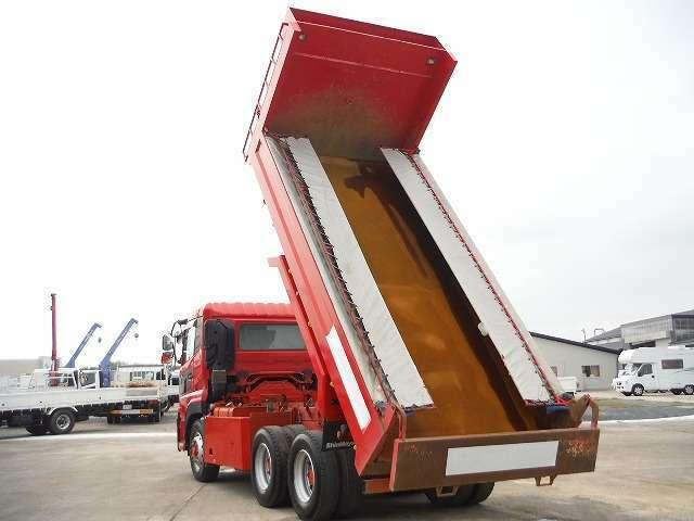 「土砂等を運搬する大型自動車による交通事故の防止などに関する特別処理」通称(ダンプ規制法)により、ダンプ車の側面に管轄する運輸支局、事業の種類、車両固有の番号を表示する義務があります。