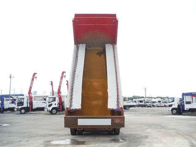 普通ダンプトラックは最大積載量11トンまでと定められており、街中で一般的に見かけるダンプトラックの最大積載量は小型のものが概ね2~4トン、中型のものが概ね5~8トン、大型のものが10トン程度になっています。