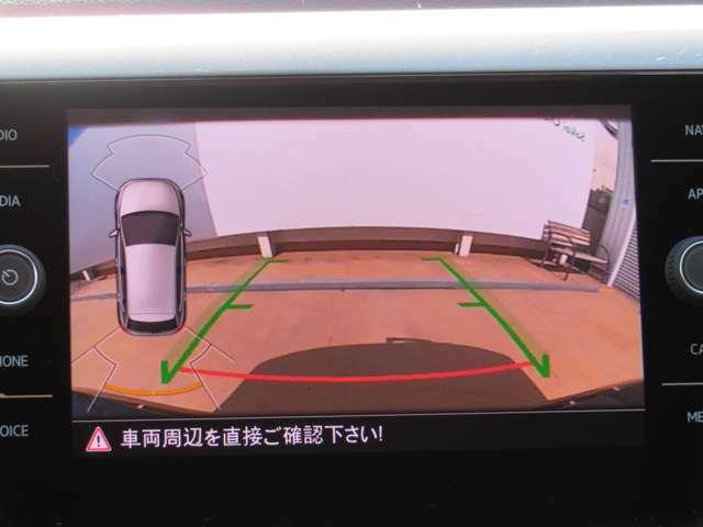 ギヤをリバースに入れると車両後方の映像とガイドラインが表示され、車庫入れや縦列駐車などの際の安全確認をサポートするリヤビューカメラを装備しています☆