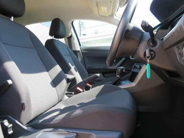 ひとまわり大きくなったPOLOは快適な居住性を実現。特に後席は頭上や足元が広くなり、乗り降りもしやすくなりました。硬めに感じられるシートはロングドライブでも疲れが少なく、身体をしっかりと支えます☆