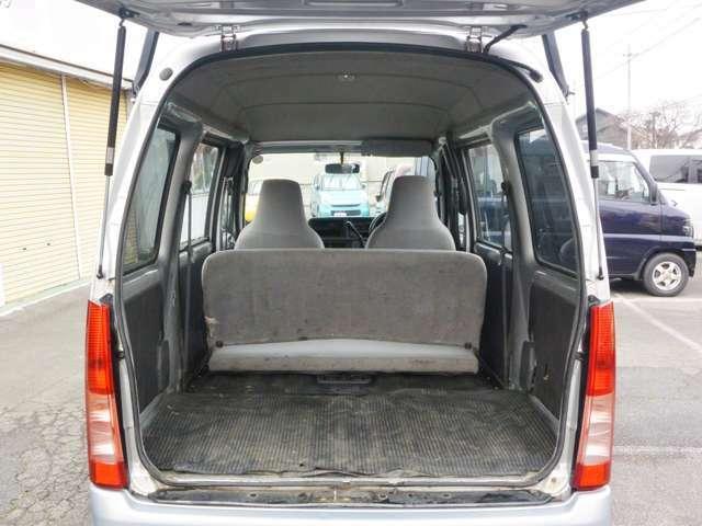 後部座席をたたまずとも商業車両は広いものです。