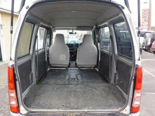 後部座席をたたんで4ナンバーバンの広さがわかります。室内はそれなりに傷がありますが、破損個所は無く床自体は傷の無い綺麗な状態を保っています。