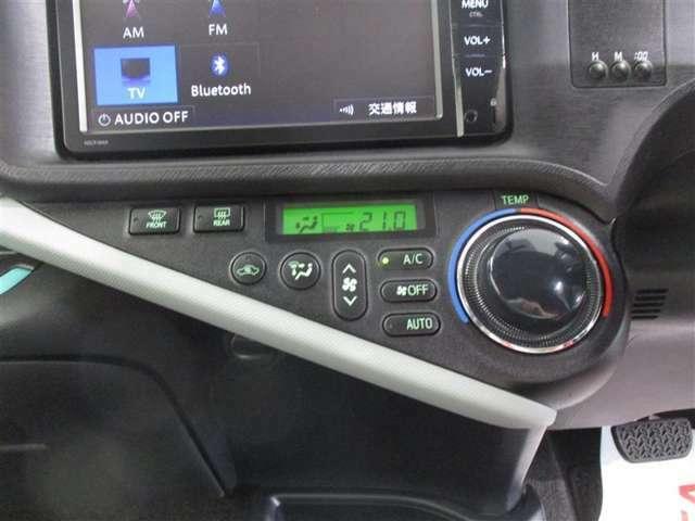 使いやすい位置に配置されたエアコンスイッチパネル。オートエアコンでいつも車内は快適な温度に保たれます。