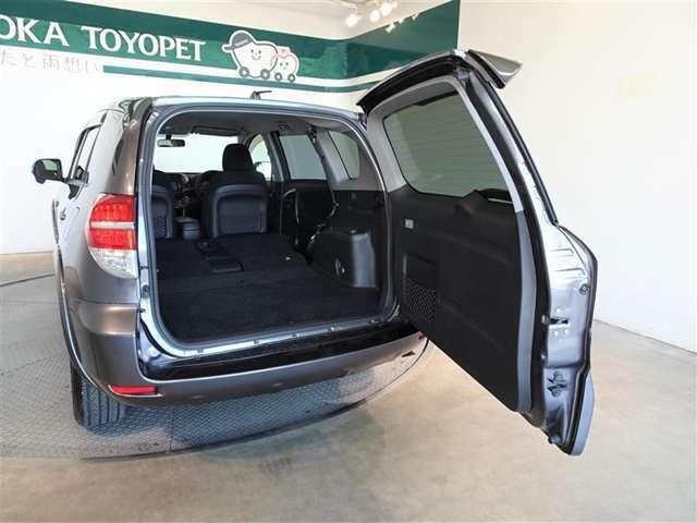 横開きのバックドア、狭い駐車場でも荷物の出し入れが楽です。