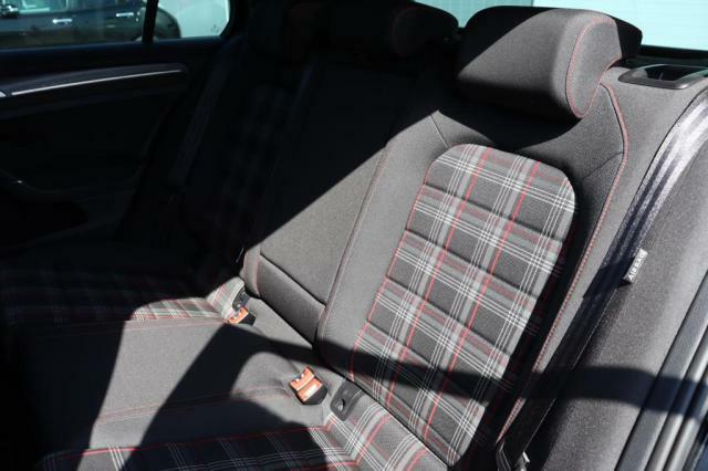 (リアシート)他社からのお乗換え時、最初は少し姿勢の違いを感じると思います。長時間のドライブでも疲れにくいシート素材やシートポジションへの拘りを体感下さい。