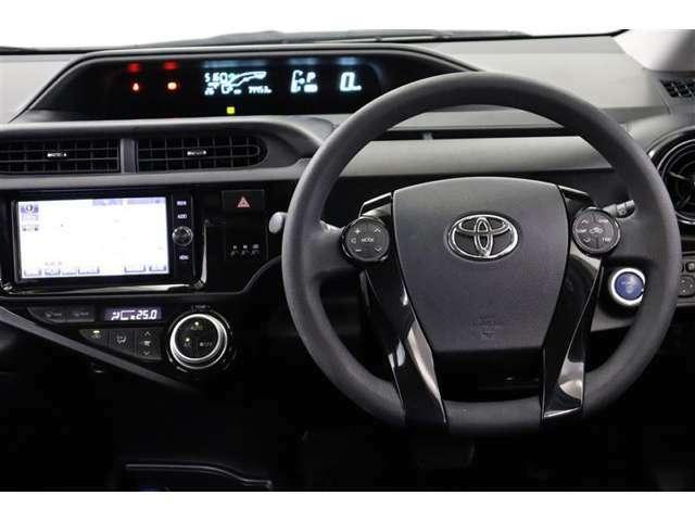 運転中に手を離さなくてもオーディオや空調操作が出来るステアリングスイッチ付きです。走行中に視線を逸らさず出来る手元操作は安全運転につながります。