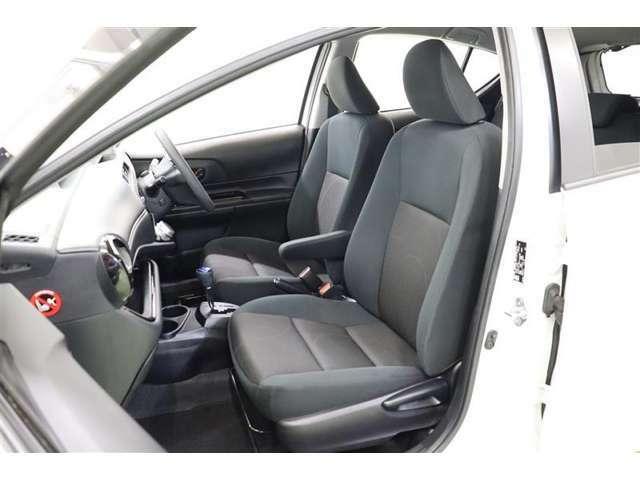 飽きの来ない色合いのシートは、柔らかくて通気性も良く蒸れにくいモケットです。滑りにくく身体にフィットするのでロングドライブでも疲れにくいですよ。