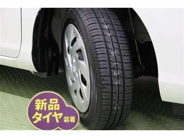 タイヤサイズ 175/65R15【タイヤ4本新品に交換してあります】すっきりとしたデザインのホイールキャップを装着しています。