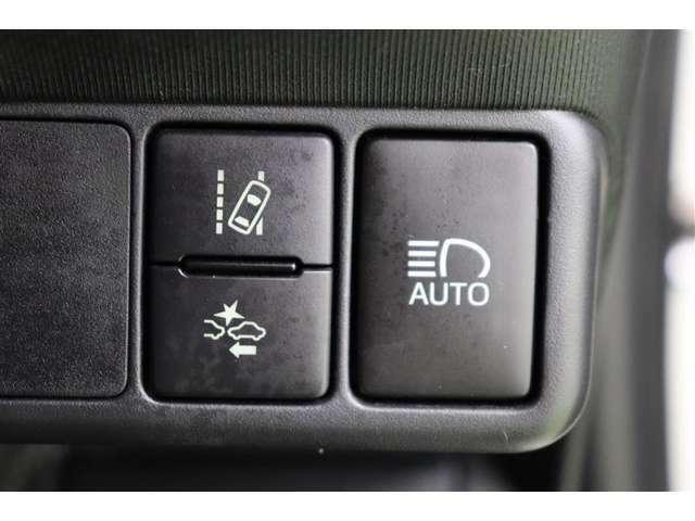 ウィンカーを出さずに車線をはみ出すと、音やディスプレイで警告してくれる【レーンアシスト】、衝突予防および衝突安全システム【PCS】搭載で安心をサポートします。