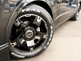 足元にはボディカラーや4WDに合ったDELF03 17AWを装着済。タイヤはナスカーホワイトレタータイヤをセレクトしております。