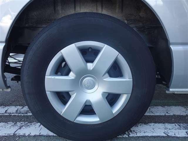 <タイヤ&ホイール> タイヤサイズ195/80R15のスチールホイール&ホイールキャップ付きです。