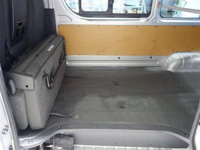 <シートアレンジ> 固定具を使うことなく荷室前方に簡単に折りたたむことができます。