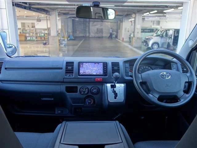 <コックピット> 広い前方視界に加え、側方や後方の視認性にも配慮。ドライバーの負担となる視線移動などが少なくなるように支援します。