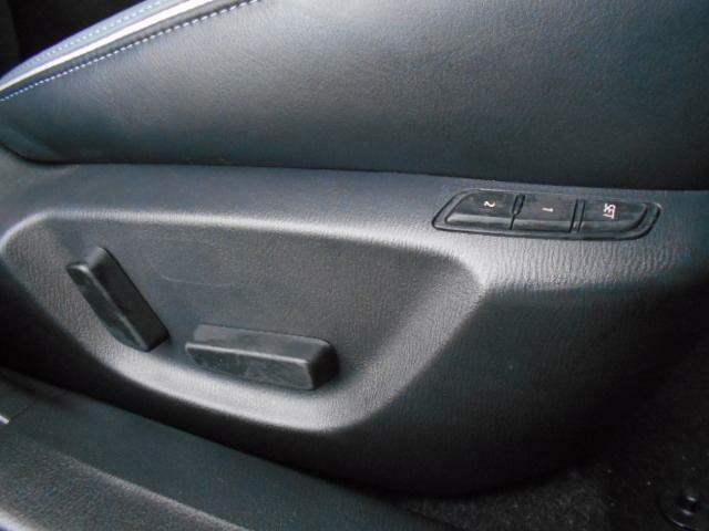 メモリー機能つき電動シートになります。小柄な方から背の高い方まで、どなたでも最適なドライビングポジションを設定していただくことが可能です。