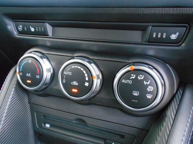 余計な操作の手間が無いフルオートエアコン。左右独立で温度調整が可能です。さらに、ステアリングヒーターやシートヒーターも採用されています。
