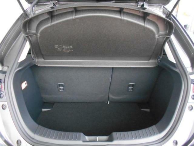 荷室も必要最低限に確保されております。後席は、6:4分割可倒式シートになります。用途に合わせてお使いください。