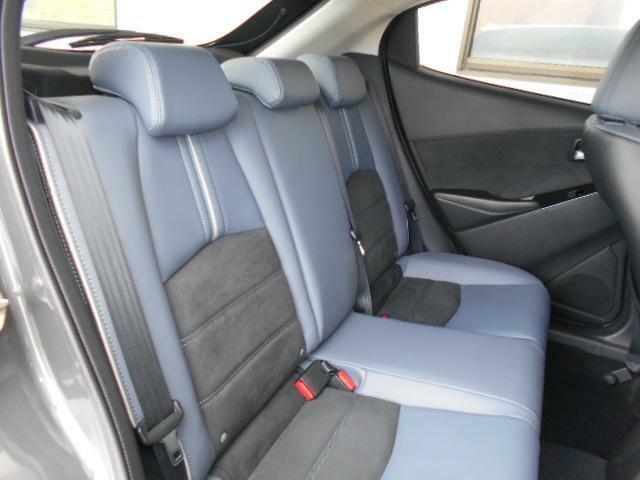 後席シートも大きな座面でリクライニング無しでもゆったりとお寛ぎいただけます。