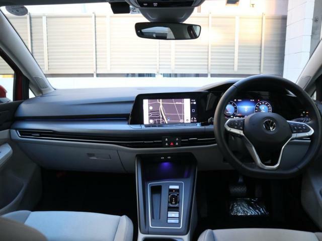 ブラックを基調とした内装は飽きのこないデザインです。インテリアアンビエントライトは気分に合わせて好みの色に変えることができます。