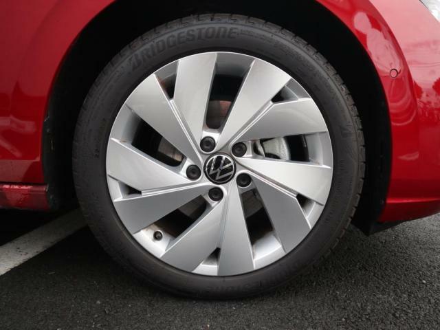 eTSI Style には10スポークの17インチアルミホイールが標準装着されています。(タイヤサイズ:22545R17)