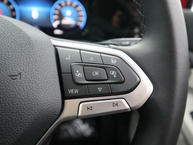 オーディオ機能やデジタルメーターなどステアリングから手を離さずに操作でき、快適なドライビングをサポートします。(パドルシフト付き)