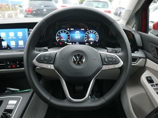 本革3スポークステアリングにはオーディオや追従機能付きクルーズコントロールのスイッチが付いているので走行中、ハンドルから手を離すことなく簡単に操作が出来ます。