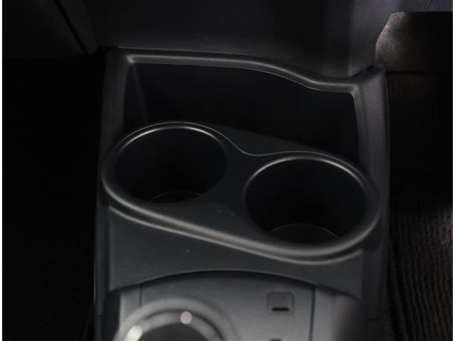便利なカップホルダーを装備しています。 缶ジュースを開けて運転していると振動で倒れないかヒヤヒヤ、意外と置き場に困るもの。 意外に重要な装備ですね。